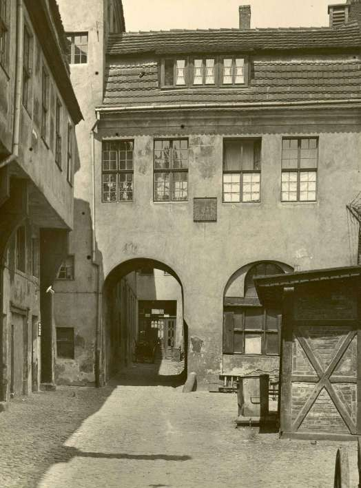 http://shop.berlinbook.com/fotografien-berlinmotive/john-paul-w-1887-1966-berlin-alt-berlin-hof-im-kroegel::2432.html