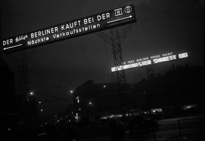 http://shop.berlinbook.com/fotografien-berlinmotive/beier-manfred-berlin-1927-2002-potsdamer-platz-mit-verschiedenen-losungen-von-ost-und-west::3173.html