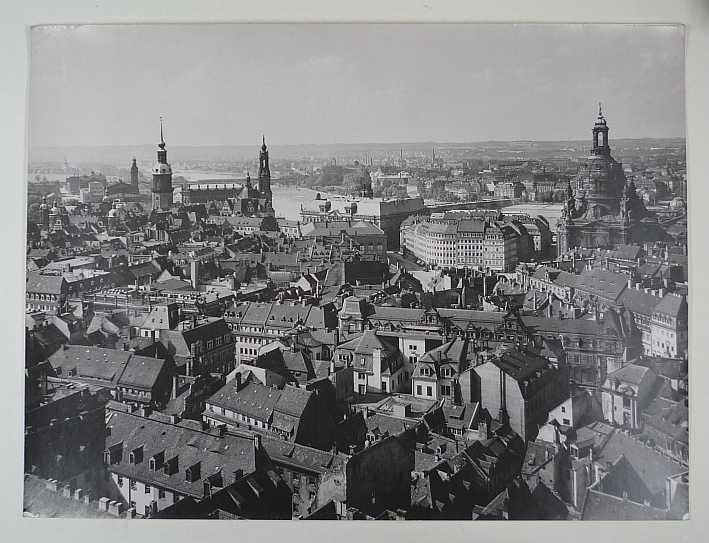 http://shop.berlinbook.com/fotografien-sonstige-motive/moebius-walter-1900-1959-dresden-blick-vom-rathausturm::10615.html