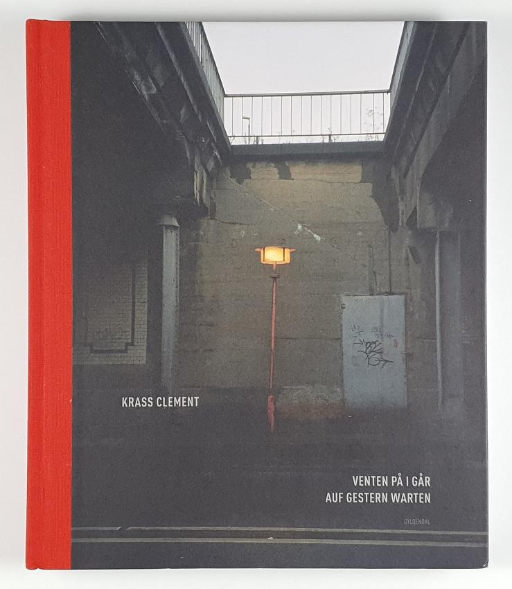 http://shop.berlinbook.com/fotobuecher/clement-krass-venten-pa-i-gar-auf-gestern-warten::5591.html