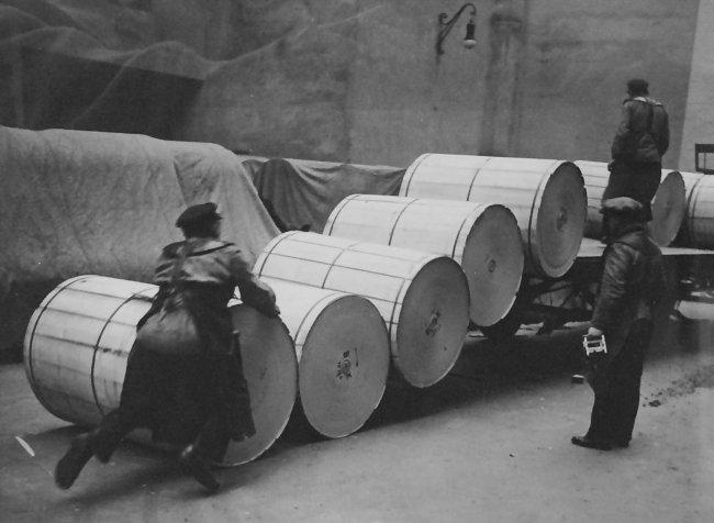 http://shop.berlinbook.com/fotografien-berlinmotive/seidenstuecker-friedrich-unna/westf-1882-1966-berlin-transportarbeiter-bei-der-papierentladung-berlin-1927::4596.html